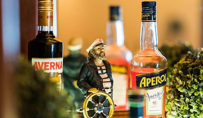 Spirituosenauswahl in der Hotelbar